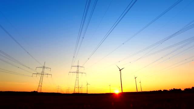 Windturbinen mit high voltage Towers