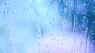 Fenster mit Regentropfen auf Blau