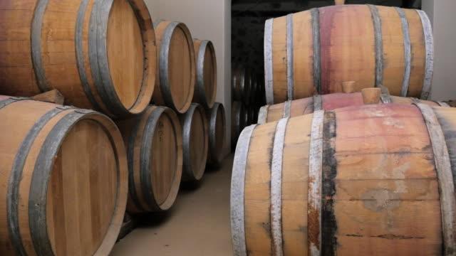 Weinfässer in
