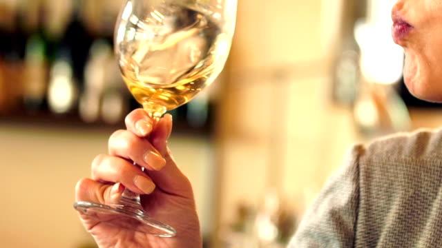 Wijnproeven.