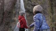 Winter breekt. Moeder en dochter wandelen