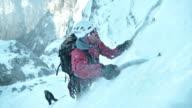 SLO MO winter klimmer met ijsbijl te gaan bergop
