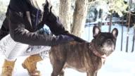 Winter magic tussen vrouw en haar hond