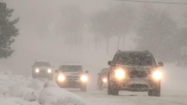 Winter Schneesturm. Auto Verkehr auf rutschigen Straße.