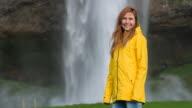 Frau Blick auf den Wasserfall