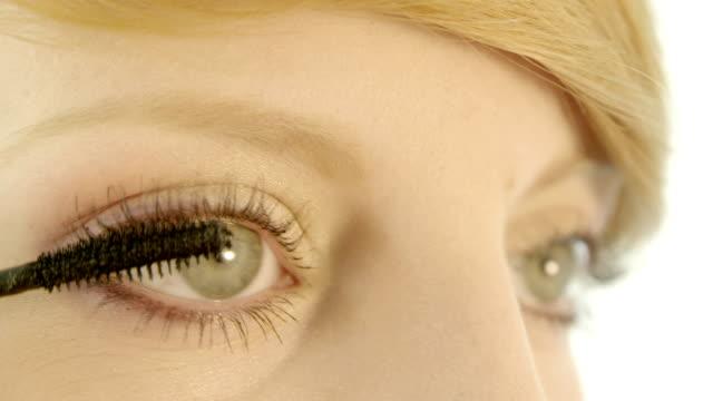 Woman Auftragen von mascara auf den Wimpern