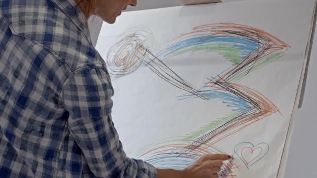 Donna artista disegno in Studio d'arte
