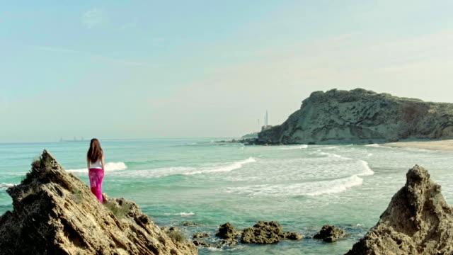 Vrouw op de rotsen in de zee