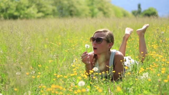 Frau Blasen Löwenzahn Blütenblätter