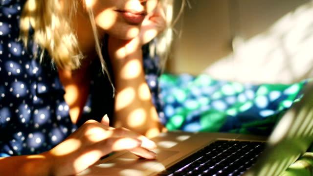 Vrouw surfen op het internet op haar laptop.