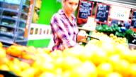Einige Frau kaufen Obst im Supermarkt.