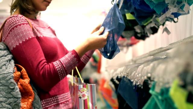 Vrouw ondergoed kopen.