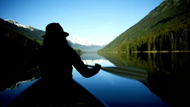 Frau auf einem unberührten See Kanu