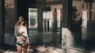 Donna Controlla telefono in ambiente urbano