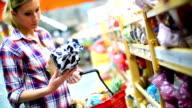 Frau im Supermarkt Wählen Sie essen.