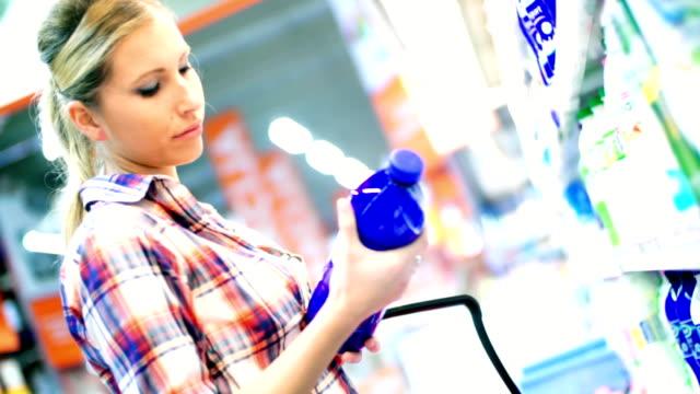 Vrouw kiezen wat te eten in de supermarkt.