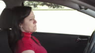 HD: Frau weint In einem Auto