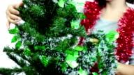 Frau dekorieren Weihnachtsbaum