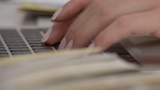 Vrouw ontwerper typen op laptop