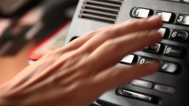 Frau ein Business-Telefon mit Direktwahl