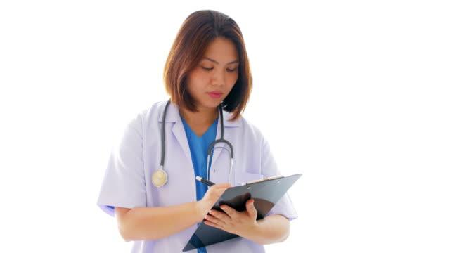 Vrouw arts invullen van schrijven op Klembord grafiek met uniform