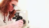 Arzt Frau auf der Suche durch Mikroskop