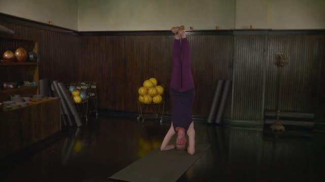 WS Woman doing headstand / Brooklyn, New York, USA