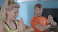 Frau tun Ihr Training mit einem persönlichen trainer