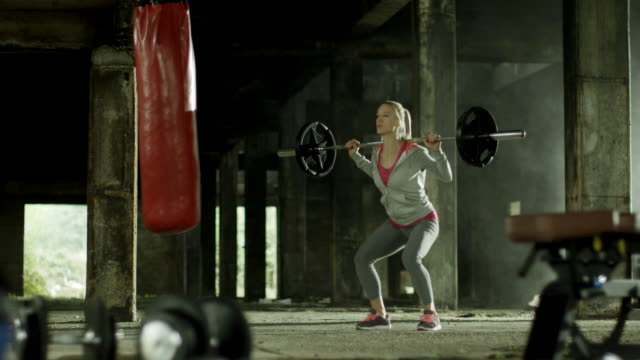 Frau machen Kniebeugen