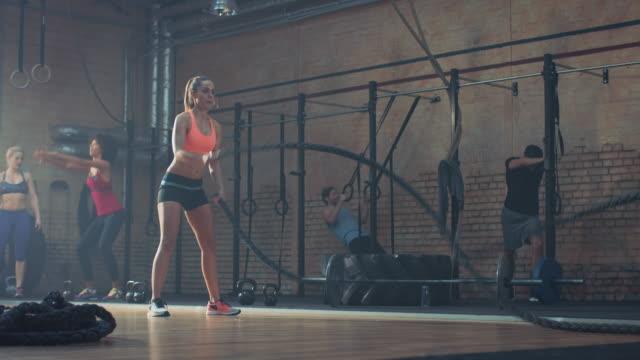 Vrouw doen zware training met touwen