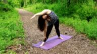 Vrouw doet Yoga - uitgebreide kant Angle Pose