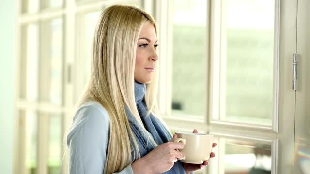 Donna bere caffè mattutino