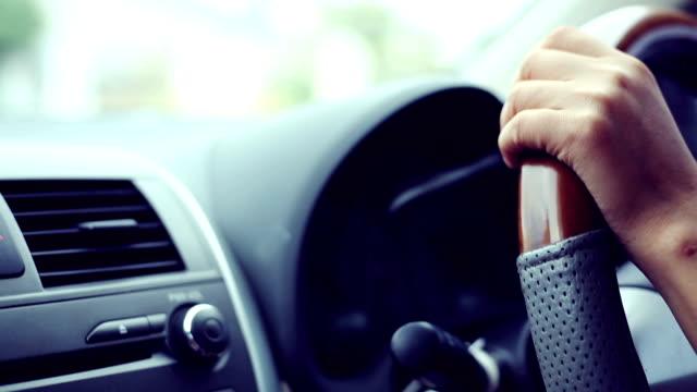 Frau mit dem Auto, von Hand halten Lenkrad