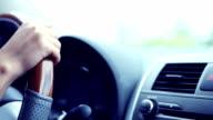 Frau mit dem Auto