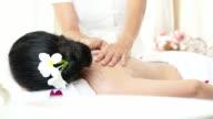 Kvinna som njuter av ett salt scrub massage för att slappna av.