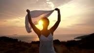 SLO MO donna godendo la libertà di movimento e La Brezza d'estate