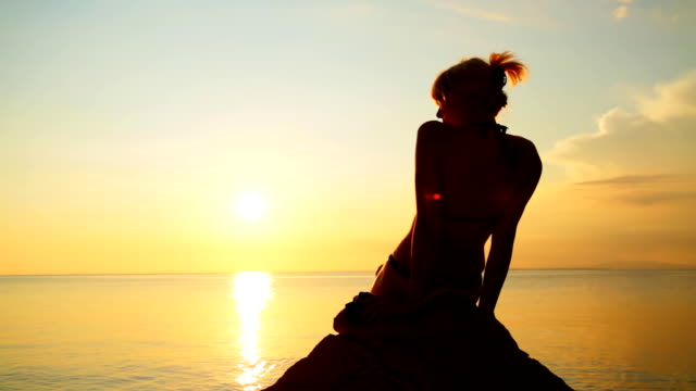 HD: Frau genießen den Sonnenuntergang