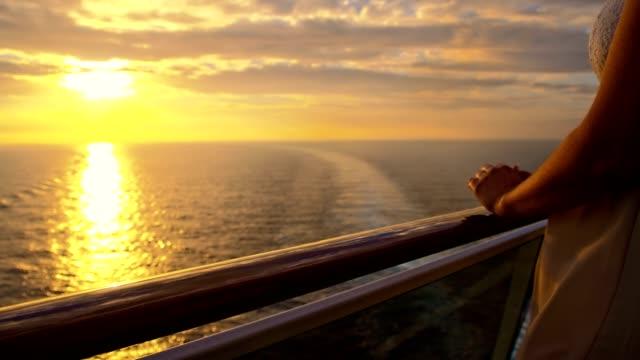 SLO MO vrouw genieten van de reis bij zonsondergang