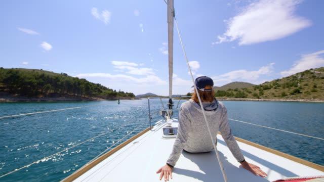 WS-Frau genießen die Aussicht auf ein Boot
