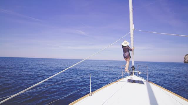 WS-Frau genießen den Wind auf einem Segelboot