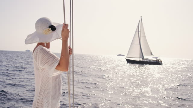 SLO MO kvinna njuter vind vid havet