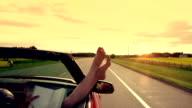 Frau genießt Freiheit auf der Autobahn, im Auto