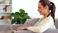 Frau genießt die Flexibilität der Arbeitszeit von zu Hause aus