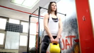 Frau Ausübung im Fitness-Center