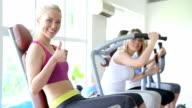 Frau Training im Fitnessraum