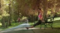 DS vrouw uit te oefenen op een bankje