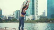 Vrouw uit te oefenen op een park