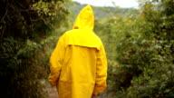 Frau, die Erforschung der Natur an regnerischen Tag