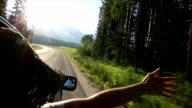 Frau geht arm aus dem Fenster im mountain meadow