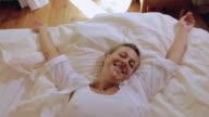 Frau fallen im Bett